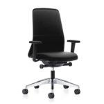EVERYis1 146E Bürodrehstuhl schwarz, mit Armlehnen, seitlich vorn.
