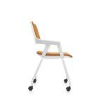 MOVYis3_46M5, Konferenzstuhl, Vierfuß mit Rollen, Armlehnen, orange weiß, Seitenansicht